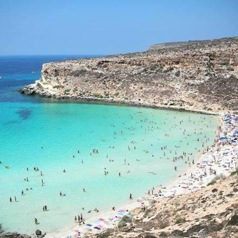 Lampedusa, cadono massi dal costone dell'Isola dei Conigli: un ferito
