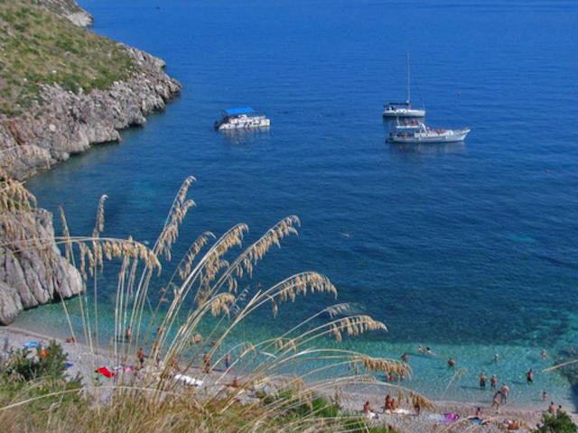 Lo Zingaro assediato dalla barche: la protesta dei bagnanti alla Capitaneria