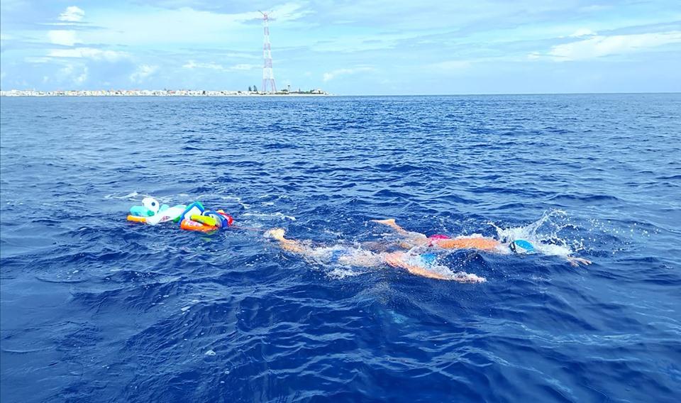 Ambiente, Isgrò a nuoto con tanta plastica sullo Stretto di Messina