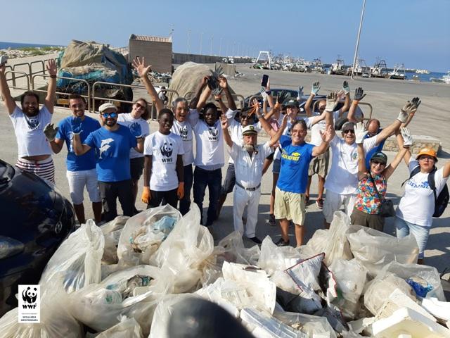 WWF: raccolti rifiuti all'ingresso del braccio est del porto di Sciacca